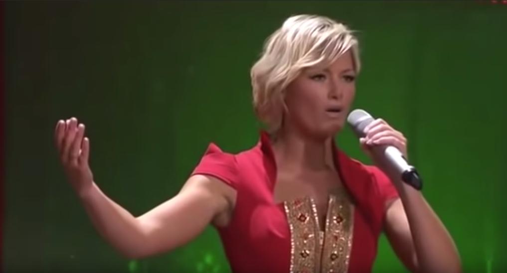 50 000 немцев встали, когда русская красавица Лена стала петь народную песню